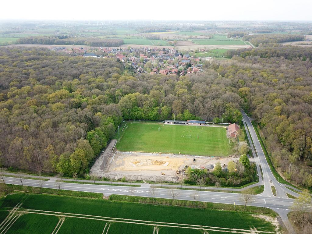 Drohnenaufnahme Ende April 2021. Blick auf den Sportplatz und das Dorf.